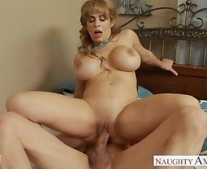 Busty blonde mom Alyssa Lynn suck a large pecker